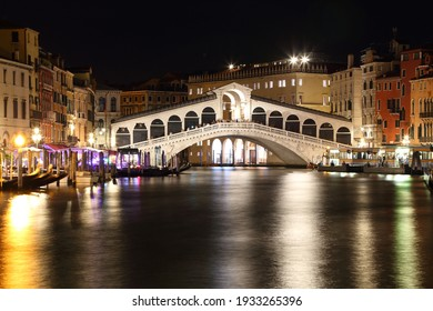Night view of Rialto bridge. Venice