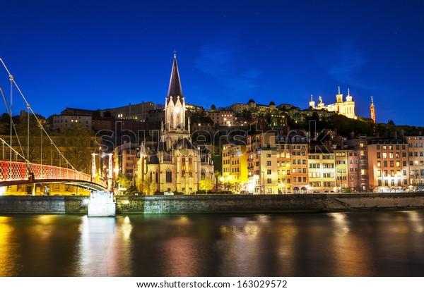 vue de nuit depuis la passerelle Saint-Georges à Lyon avec la cathédrale Fourvière, France