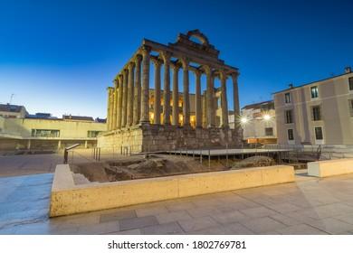 Vista nocturna del Templo de Diana, antiguo Palacio de Corbos en Mérida, Extremadura, España.