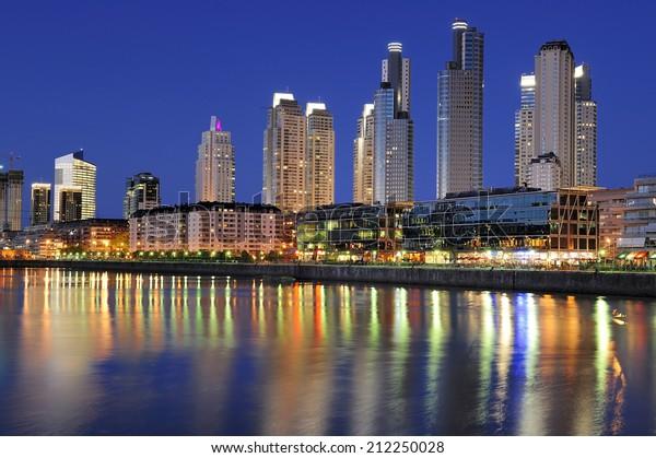 Vista noturna à beira-mar em Puerto Madero, Buenos Aires