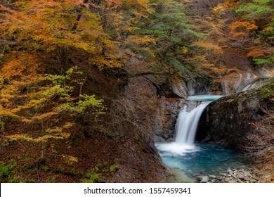 山梨県・秩父多摩会国立公園内の秋の西沢渓谷と滝。
