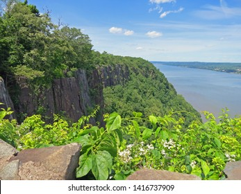 NJ/NY state line lookout over the Palisade cliffs & the Hudson river