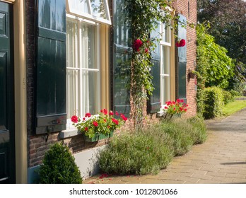 NLD, GELDERLAND, laag keppel - AUG 10, 2005 -  windows with flowers at the village of Laag Keppel
