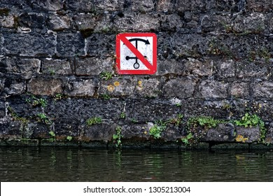 No anchoring prohibition sign in canal