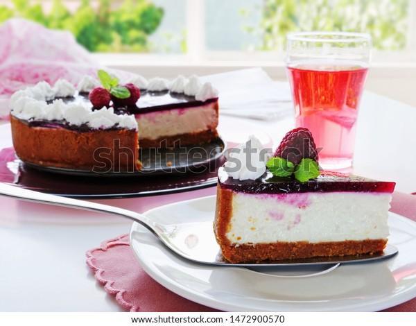 nobake-cheesecake-slice-on-cake-600w-147