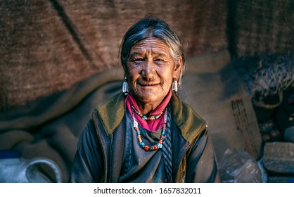 Nomadic woman. They live for several months a year in tents, looking for fresh pastures for their goats, from which comes cashmere wool. In Ladakh, India.