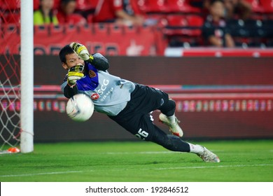 NONTHABURI THAILAND-March 26: Goalkeeper Kawin Thamsatchanan #26 of Muangthong utd. in action during Thai Premier League Muangthong utd. and Ratchaburi F.C. at SCG Stadium on March 26,2014 in Thailand