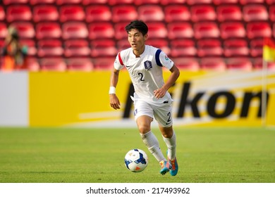NONTHABURI THAILAND-SEPTEMBER 08:Park Myeong Su (R) of Korea Republic run with the ball during the AFC U-16 Championship Korea Republic and Malaysia at Muangthong Stadium on Sep08,2014,Thailand