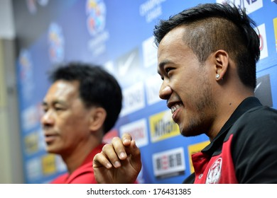 NONTHABURI-FEB7,2014:Datsakorn Thonglao (R) player of MTUTD in action during press conference AFC Champions League 2014 between MTUTD and Hanoi  at Chonburi Stadium on February7,2014 in Thailand