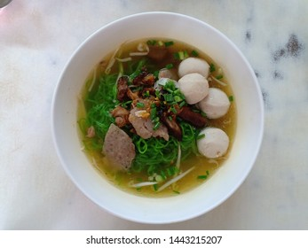 Noodle soup with fishball, pork and vegetables.