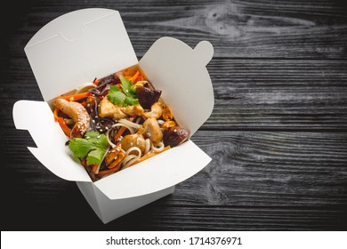Noodles with chicken, carrots, mushrooms and sweet peppers. Asian food. Top view in lucn box.