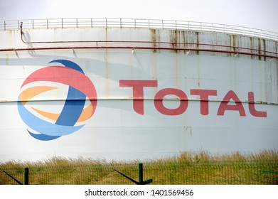 Normandie, Gonfreville l'Orcher, France, Juni 2018. Petrol tanks in an oil refinery of TOTAL, a french oil and gas company.
