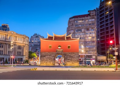"""the north gate of old taipei city. the chinese words on it means """"cheng en gate"""", the name of the gate."""