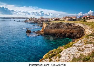 Nordklippen von Siracusa auf Sizilien mit der Stadt im Hintergrund