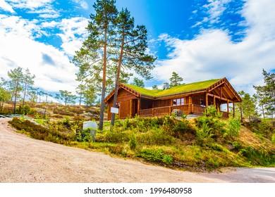 Norwegische Holzhütten in der Natur- und Berglandschaft von Treungen in Nissedal Norwegen.