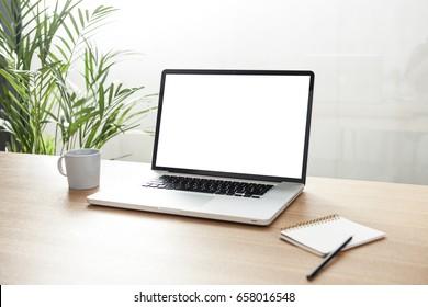 Ein Notizbuch mit Kaffeetasse, Notiz auf dem Holzschreibtisch im Büro.