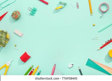 taccuino, nota, penna, graffetta, su sfondo verde pastello. Scrivania da ufficio con spazio per fotocopie. Stesa piatta.