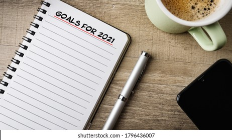 Notepad with text on it: goals for 2021