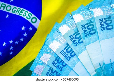 Notes of 100 Reais on the Brazilian flag