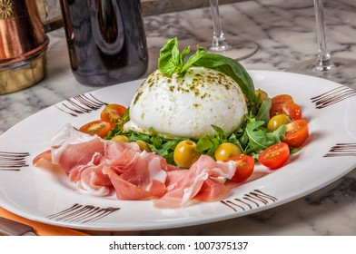 Nothing compares to the taste of a fresh buffalo mozzarella with basil, rucula and freshly sliced parma ham.
