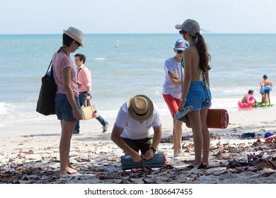 November 30, 2017, Parents and children helped lay a mat on Hua Hin Beach, Thailand, before the coronavirus (COVID-19).