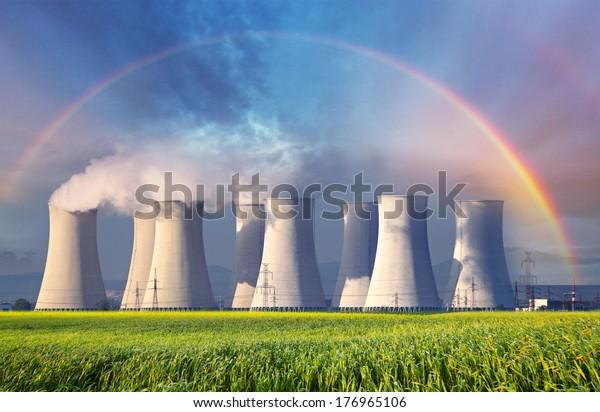 Kernkraftwerk mit Sommerfeld.