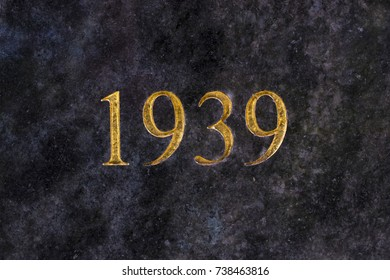 The number 1939, engraved in gold letters on marble.