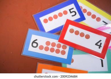 Zahlenvergleichskarten für eine Mathematikstunde.
