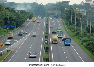 a number of vehicles are crossing the Trans Java toll road in Semarang City, Central Java, 21 February 2019