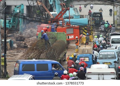 A number of workers are working on a double-double track (DDT) or double package A Manggarai-Jatinegara project, Jakarta, Friday (04/21/2017).