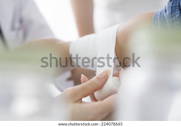 Verband des Patienten mit dem Arm des Patienten