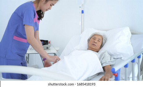 The nurse is checking the patient's condition in the hospital.