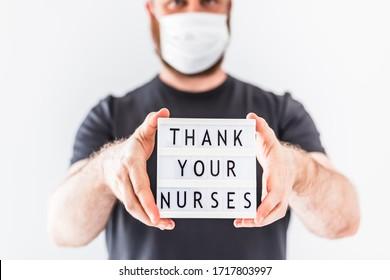 Tageskonzept für Krankenschwestern. Hände, die einen Leuchtkasten mit Text halten Dankeschön an Ihre Krankenschwestern und Krankenschwestern, die in Krankenhäusern während der Koronavirus-COVID-19-Pandemien arbeiten