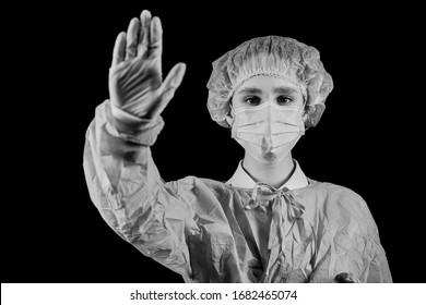 Die Krankenschwester / Arzt zeigt das Stoppschild Coronavirus. Pandemie 2020 das Koronavirus stoppen. COVID-19. Quarantäne.Coronavirus-Impfstoff. Coronavirus in Europa / Welt. Schwarz-Weiß-Foto