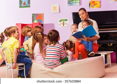 Nurse in kindergarten read book to the class