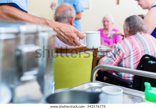 Infirmière servant de la nourriture dans une maison de retraite