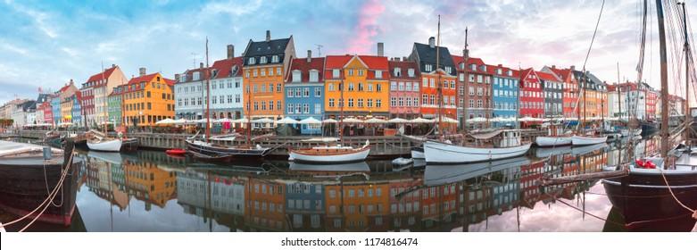 Nyhavn bei Sonnenaufgang, mit bunten Fassaden von alten Häusern und alten Schiffen in der Altstadt von Kopenhagen, Hauptstadt von Dänemark.