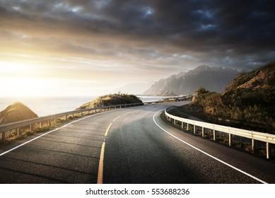 Küste bei Sonnenaufgang, Insel Lofoten, Norwegen