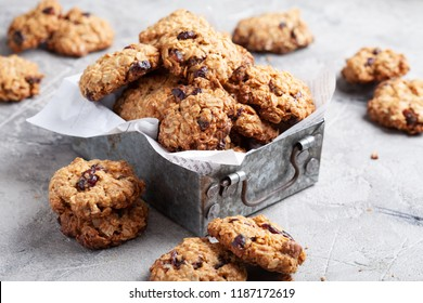 Oat cookies with cranberry and pecan nut