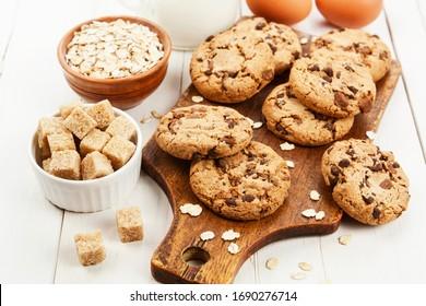 Cookies d'avoine avec chocolat sur la table
