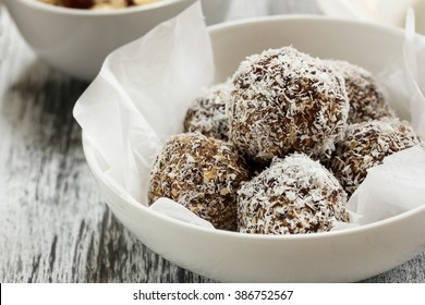 Balles de noix de coco d'avoine / Balles à l'énergie de dattes de noix de coco d'avoine et de raisins secs, mise au point sélective