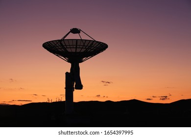 Die Sternwarte am Abend, die Silhouette eines Radioteleskops