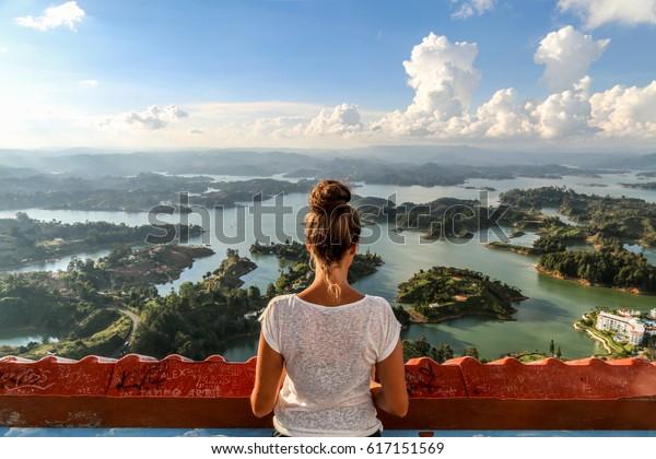 Mirando la vista sobre Guatape. Colombia