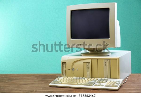 明るい青の背景に古いコンピューターセット
