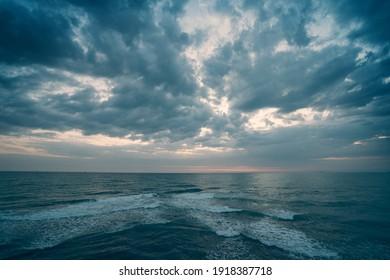 Dramatisches Seascape Panorama am bewölkten Tag, unendlicher Meerblick bis zum Horizont