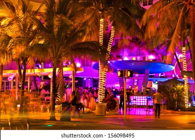 Ocean Drive scene at night lights, cars and people having fun, Miami beach. La noche de Ocean Drive en Miami Beach, Florida, Estados Unidos.