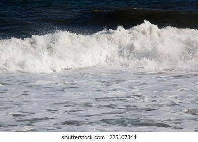 Ocean waves crashing to the shore