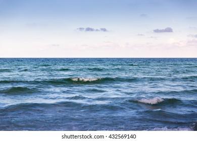 Ocean waves horizon