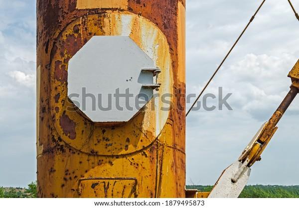 octagonal-manhole-cover-on-rusty-600w-18