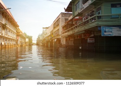 October 21, 2011 Nakhon Sawan Province, Thailand - The current flooding in Thailand is a disaster from thunderstorms. Flood in the city because the river is going to overflow.